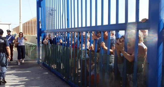 متظاهرون يحتجون ضد سياسة الحكومة الجديدة حول الهجرة في إيطاليا (EPA)