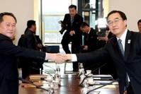 | Südkoreas Vereinigungsminister und Delegationsleiter Cho Myoung Gyon (r.) und sein nordkoreanischer Amtskollege Ri Son Gwon in Panmunjom, Südkorea.