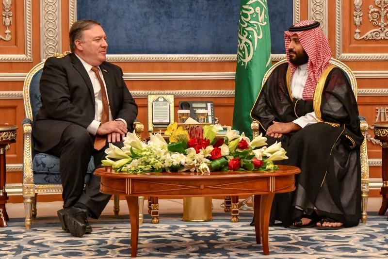 Secretary of State Mike Pompeo (L) meeting with Saudi Crown Prince Mohammed bin Salman(R) in Riyadh, Saudi Arabia, 16 October 2018. (EPA Photo)