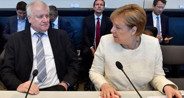 المستشارة الألمانية، أنجيلا ميركل، ووزير داخليتها، هورست زيهوفر ( وكالة الأنباء الفرنسية)
