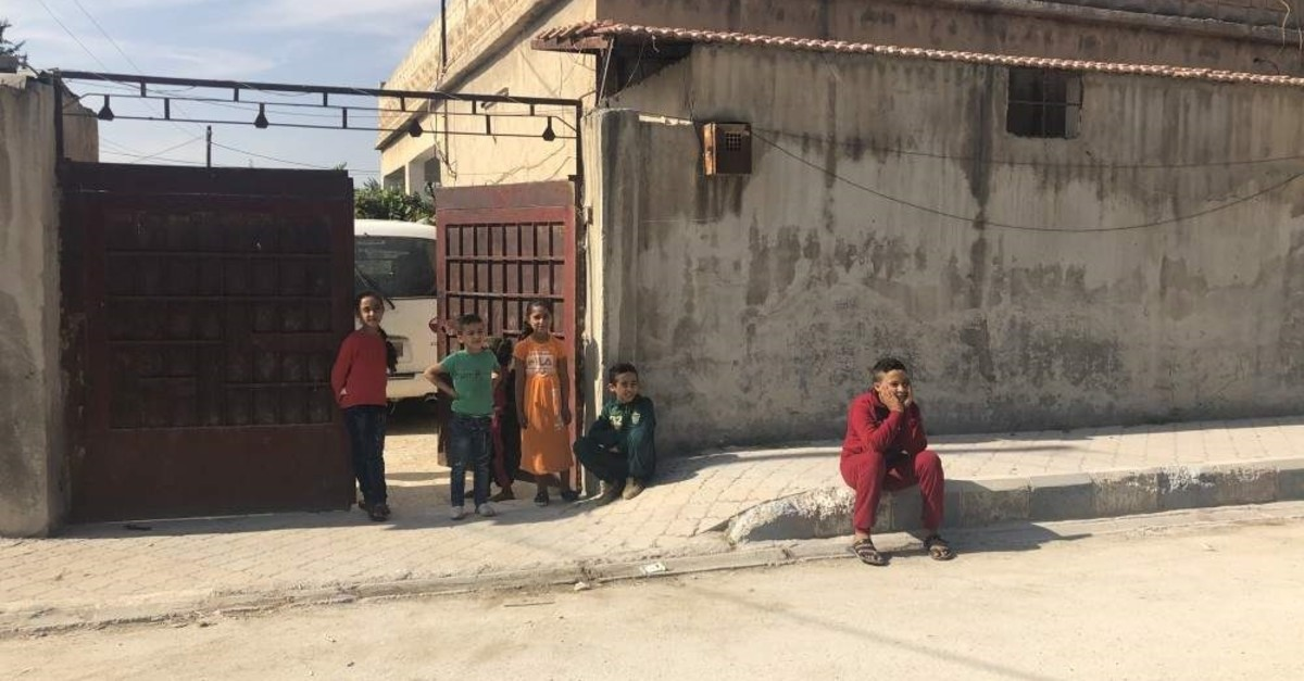 Children hanging out in front of a house, Tal Abyad, Oct. 23, 2019. (Daily Sabah)