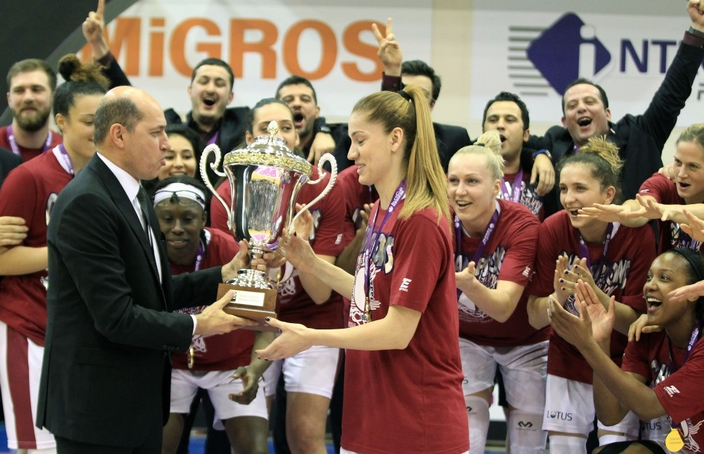 FIBA Europe President Turgay Demirel presents team captain Bahar u00c7au011flar with the trophy. (AA Photo)