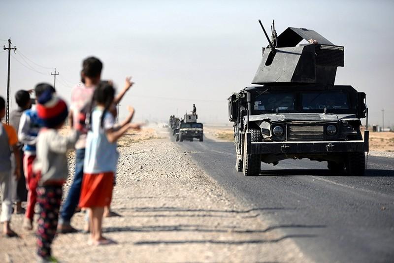 Children cheer as Iraqi military forces advance into Kirkuk, northern Iraq, Oct. 16, 2017. (EPA Photo)