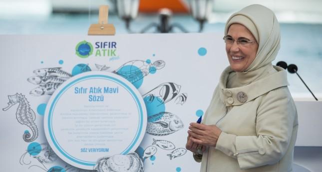 Emine Erdoğan signed the Zero Waste Blue promise after her speech.