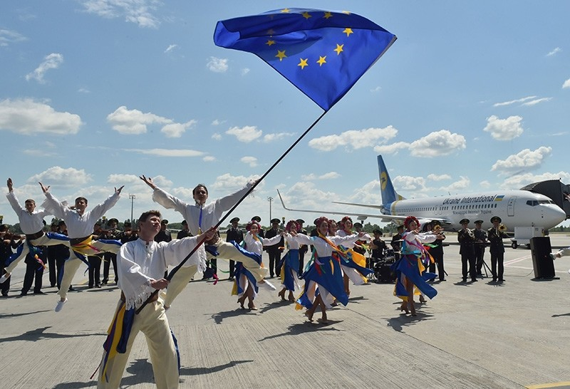 troupe of Ukrainian dancers perform on the tarmac at Boryspil airport in Kiev on June 11, 2017 on the first day of visa-free travel for Ukrainian nationals to the European Union (AFP Photo)