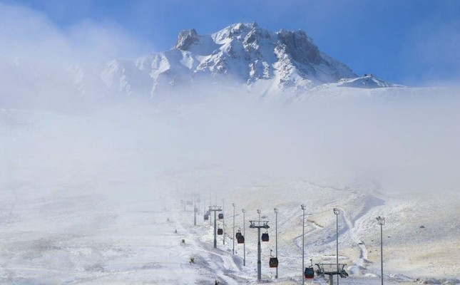Snow at Erciyes Ski Resort has reached more than 20 centimeters. (AA Photo)