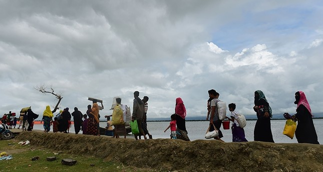 Rohingya Muslim refugees arrive from Myanmar after crossing the Naf river in the Bangladeshi town of Teknaf on September 12, 2017 (AFP Photo)