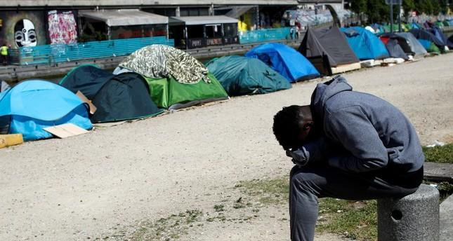 جانب من مخيم عشوائي على ضفاف السين في باريس (AP)