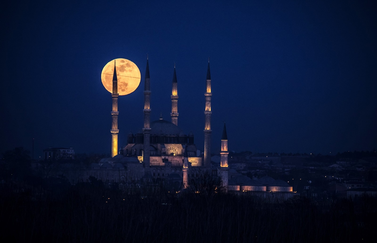 Supermoon sighted behind the Selimiye Mosque in Turkey's western Edirne province (IHA Photo)
