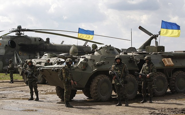 Ukrainian troops in a field on the outskirts of Izyum, Eastern Ukraine. April 2014. (AP Photo)