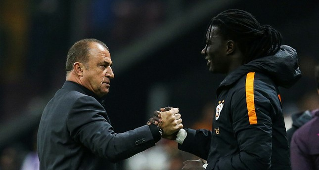 Legendary coach Fatih Terim and Galatasaray superstar Bafétimbi Gomis hold hands during the Başakşehir match, April 15, 2018 in Istanbul's Türk Telekom Stadium (AA Photo)