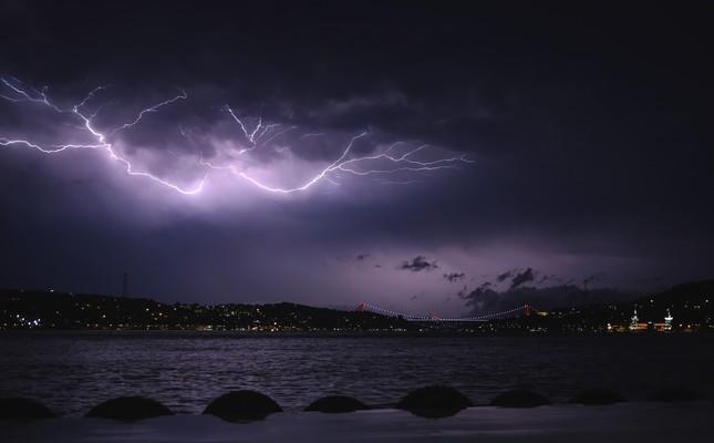 Мощные дождь и гроза прошли ночью в Стамбуле