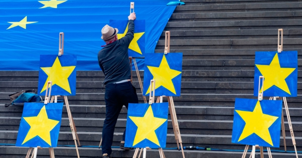 A man sets up canvas stands with European stars during a demonstration of the pro-Europe movement ,Pulse of Europe, in Berlin, on May 26, 2019. (AFP Photo)
