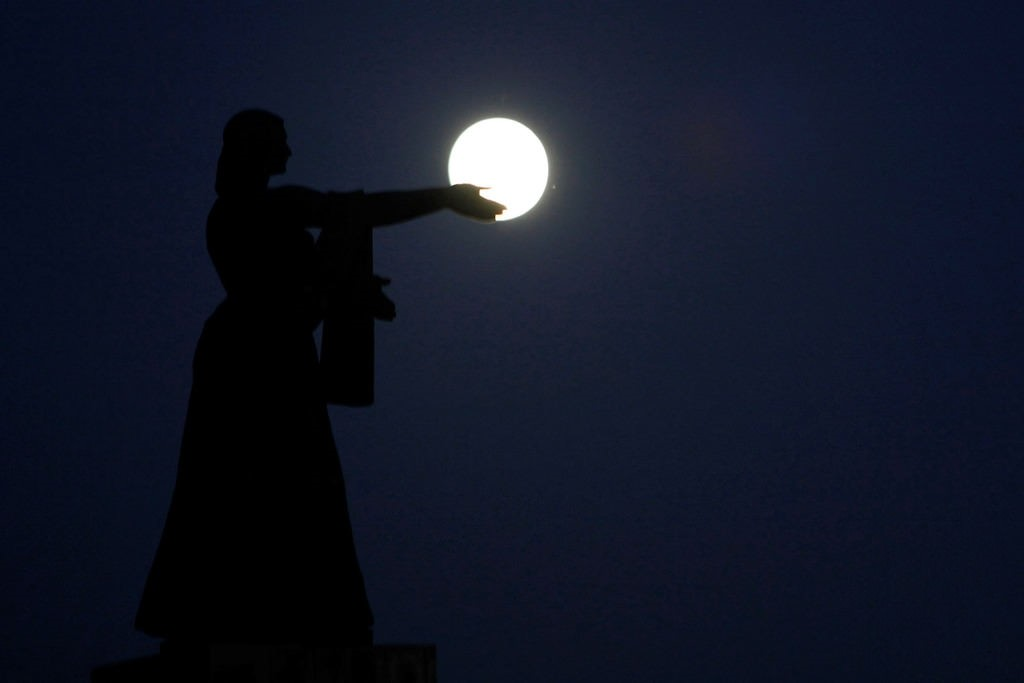 The supermoon, the closest the moon comes to Earth since 1948, rises over La Raza monument, in Ciudad Juarez, Mexico, November 13, 2016. Reuters Photo