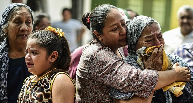 Relatives and friends accompany to the cemetery the remains of a victim of Thursday night's 8.2-magnitude quake, in Juchitan, Oaxaca, Mexico, on September 10, 2017. (AFP Photo)