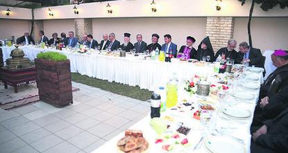 pMitglieder der christlichen und jüdischen Gemeinden nahmen bei einem traditionellen Fastenbrechen-Dinner der muslimischen Gemeinde teil, das am Donnerstagabend von einer lokalen Stiftung in...