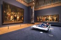Der Niederländer Stefan Kasper hat die Nacht auf Freitag im Amsterdamer Rijksmuseum verbracht - in einem Bett vor Rembrandts Meisterwerk
