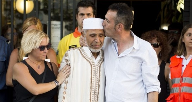 Xavier Martinez hugs local Imam Driss Salym. EURONEWS/YOUTUBE