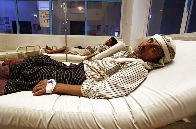 Cholera-infected Yemenis receive treatment amid an acute cholera outbreak at a hospital in Sana'a, Yemen, August 7, 2017. (EPA Photo)