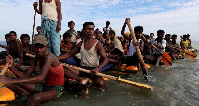 Rohingya refugees cross the Naf river wıth an improvısed raft to reach to Bangladesh in Teknaf, Bangladesh, Nov. 12, 2017. (Reuters Photo)