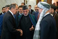 الرئيس الأفغاني السابق حامد كرزاي ، وسط ، يقدم وفد طالبان إلى وزير الخارجية الروسي سيرغي لافروف في موسكو (أرشيفية)