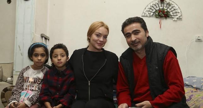 الممثلة الأمريكية ليندسي لوهان تزور لاجئين سوريين في تركيا