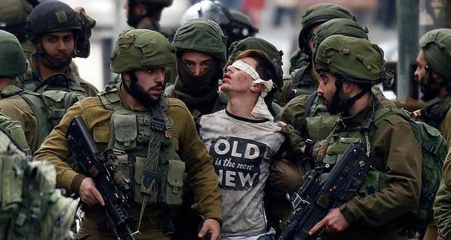 إسرائيل تعتقل وتحتجز وتعذب مئات الأطفال الفلسطينيين سنويا