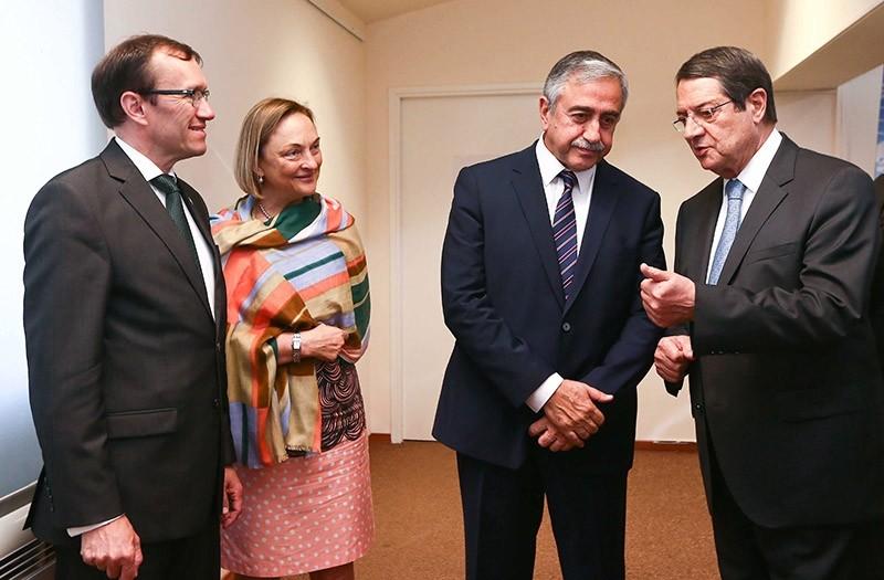 UN Special Advisor on Cyprus, Espen Barth Eide (L), UN Secretary General in Cyprus Lisa Buttenheim (2-L), Greek Cypriot Pres. Nicos Anastasiades (R) and Turkish Cypriot leader Mustafa Aku0131ncu0131 (2-R) talk. (EPA File Photo)
