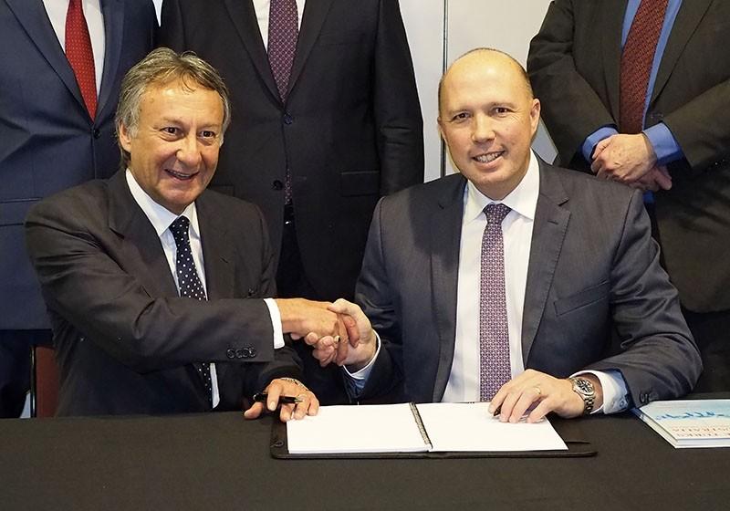 Australian Minister of Immigration Peter Dutton (left) with Turkey's Australian Ambassador Ahmet Vakur Gu00f6kdenizler (AA Photo)