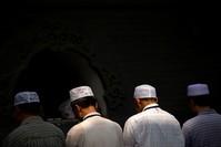 مسلمون يؤدون صلاة عيد الفطر في بكين (AP)