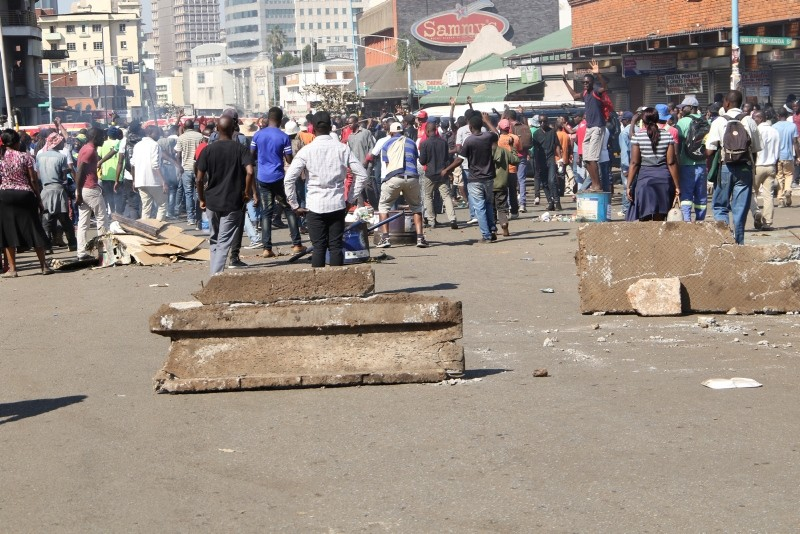 Protestors barricade a street in  the central business district of Harare,Zimbabwe, 01 August 2018. (EPA Photo)