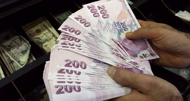 A money changer counts Turkish lira bills at a currency exchange office in Istanbul. Reuters Photo