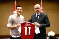 Özil breaks silence, defends meeting Erdoğan after monthslong alienation and abuse from Germany