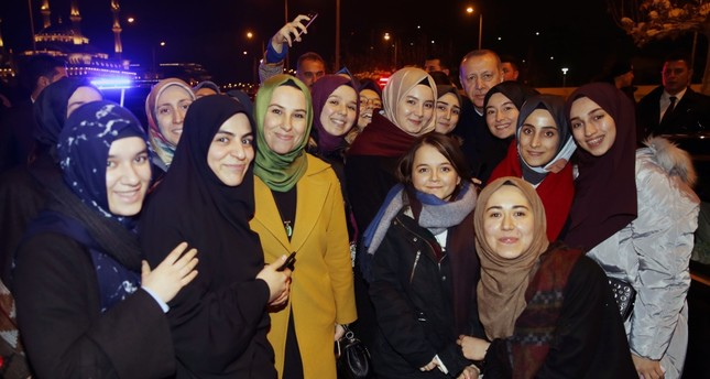 President Recep Tayyip Erdoğan poses with a group of students during his surprise meeting on Dec. 27 in the capital Ankara.