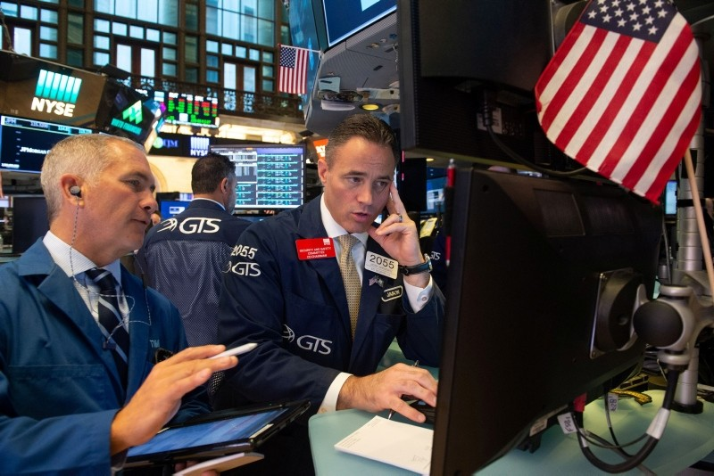Traders work on the floor at the opening bell of the Dow Industrial Average at the New York Stock Exchange on August 22, 2018 in New York. (AFP Photo)