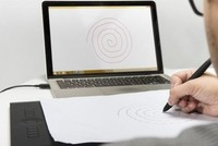 توصل باحثون أستراليون إلى أن فحصا قائما على رسم شكل حلزوني قد يساعد في اكتشاف الإصابة بمرض باركنسون (الشلل الرعاش).  واستخدم الباحثون برمجية لقياس سرعة الكتابة وضغط القلم، وكلاهما مهم للتنبؤ...