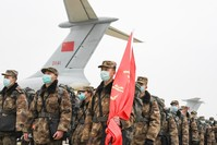 طواقم طبية في الجيش الصيني في مدينة ووهان AP