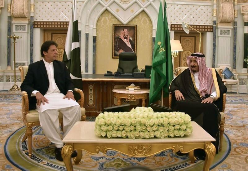 In this handout photograph released by Pakistan's Press Information Department (PID) on Oct. 23, 2018, Saudi King Salman, right, meets with Pakistan's Prime Minister Imran Khan during a meeting in Riyadh, Saudi Arabia. (AFP Photo)
