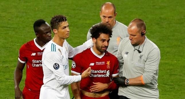 محمد صلاح لحظة تغييره إضطراراياً بعد إصابته أمام ريال مدريد (رويترز)