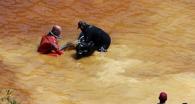 الشرطة تخرج جثة إحدى الضحايا من البحيرة (AP)