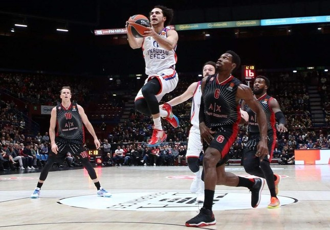 Anadolu Efes' Shane Larkin jumps to score against AX Armani Exchange Milan in their EuroLeague basketball match, Nov. 21, 2019. EPA Photo