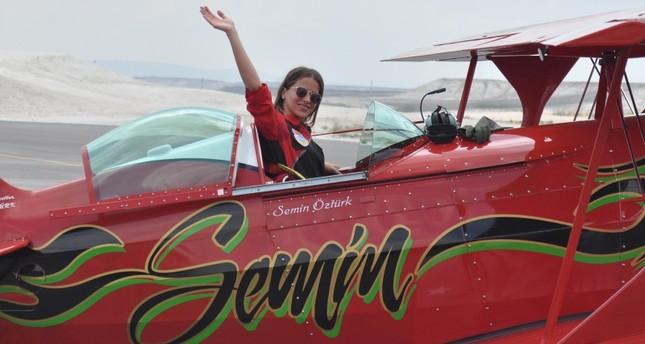 الطيارة البهلوانية سمين أوزتورك في طائرتها (DHA)