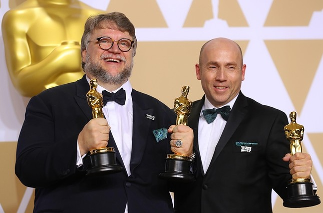 Guillermo del Toro and J. Miles Dale after winning Best Picture and Best Director awards for The Shape of Water.  (Reuters Photo)