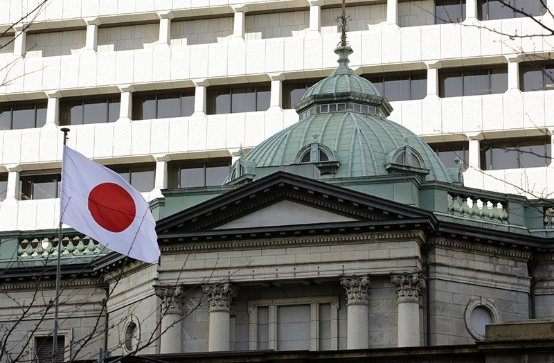 A Japanese national flag flies at the headquarters of the Bank of Japan (BOJ) in Tokyo, Japan. Jan. 2017. (EPA Photo)