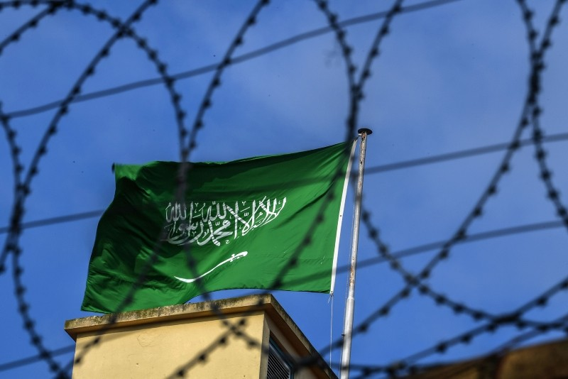 A Saudi Arabian flag flies behind barbed wires at the Saudi Arabian consulate in Istanbul on October 12, 2018. (AFP Photo)