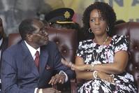صورة أرشيفية للرئيس الزيمبابوي روبرتي موغابي وزوجته غريس موغابي  (أسوشيتد برس)