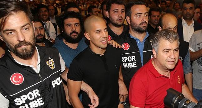 الجزائري فيغولي يصل إسطنبول للتوقيع لفريق غلاطة سراي