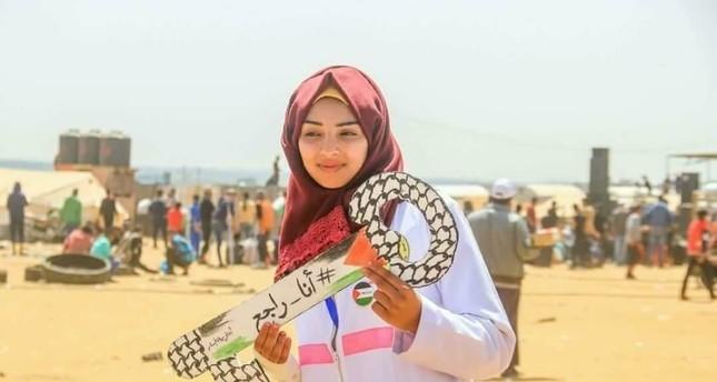 الطبيبة الفلسطينية المتطوعة رزان أشرف النجار أثناء مشاركتها في مسيرات العودة قرب حدود غزة (صورة من تويتر)