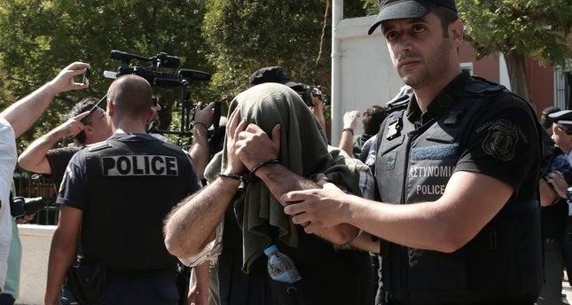 النيابة اليونانية تمدد توقيف العسكريين الأتراك الفارين إليها