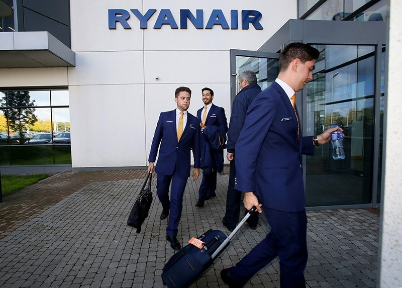 Staff leave Ryanair headquarters at Airside Business Park in Dublin on September 21, 2017. (AFP Photo)